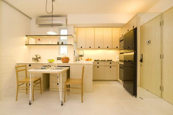 Кухонная зона в светлых тонах