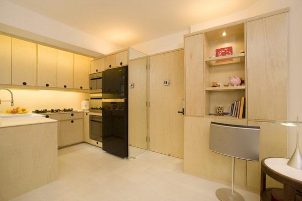 Чёрный холодильник в интерьере светлой кухни