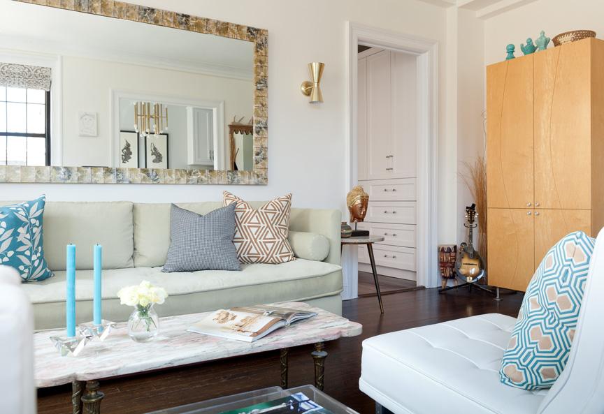 Интерьер гостиной в пастельных тонах с бирюзовыми акцентами