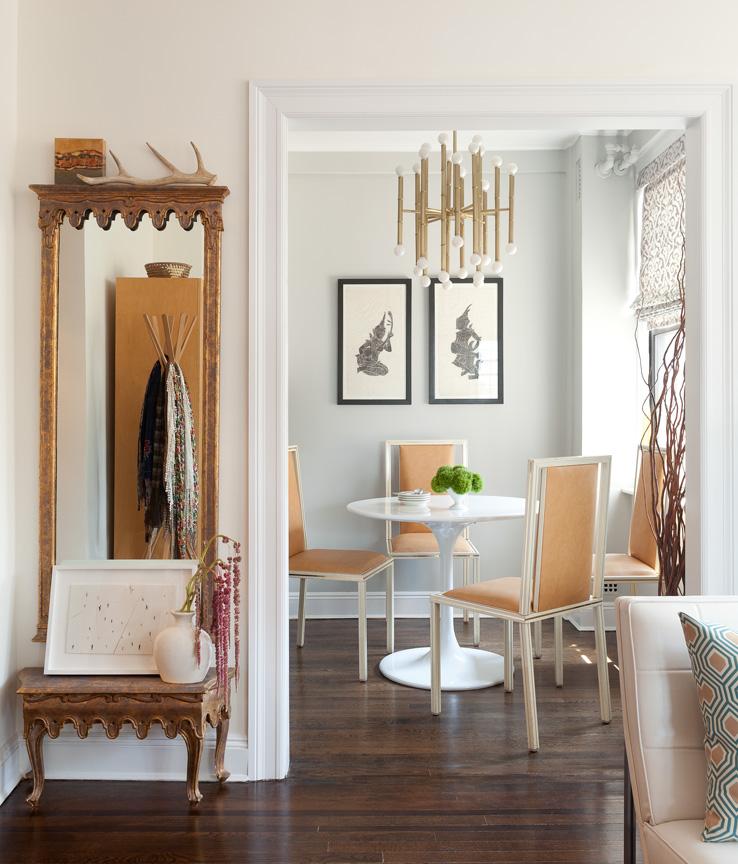 Небольшой белый обеденный столик и четыре стула