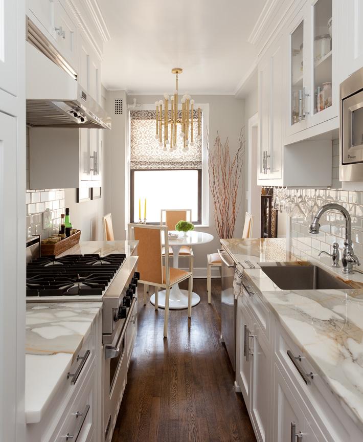 Маленькая белая кухня с мраморными столешницами