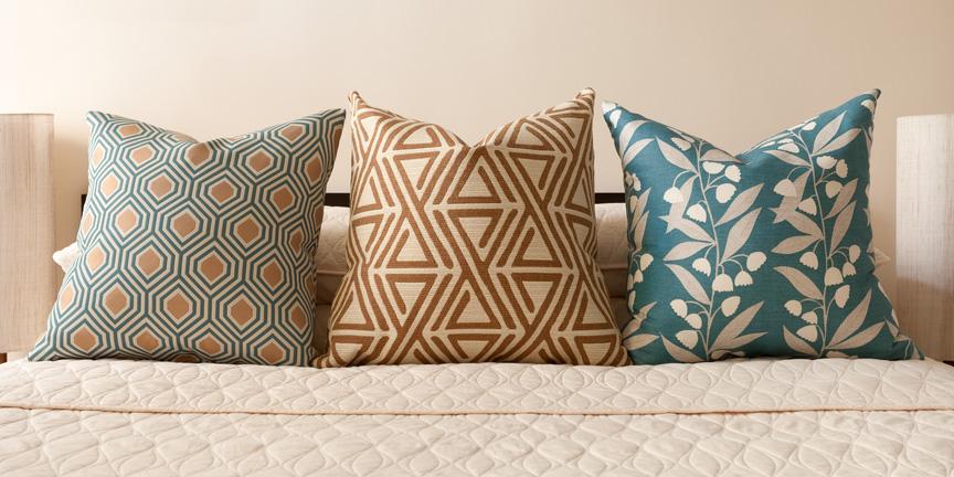 Декоративные подушки на кровати в пастельно-бирюзовых тонах