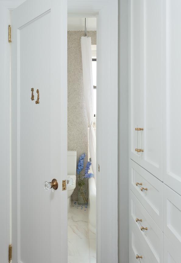 Белая дверь в ванную с мраморным полом