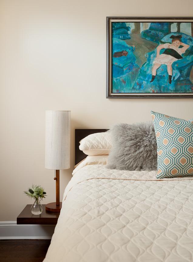 Спальня в пастельных тонах и необычная картина в бирюзовом цвете