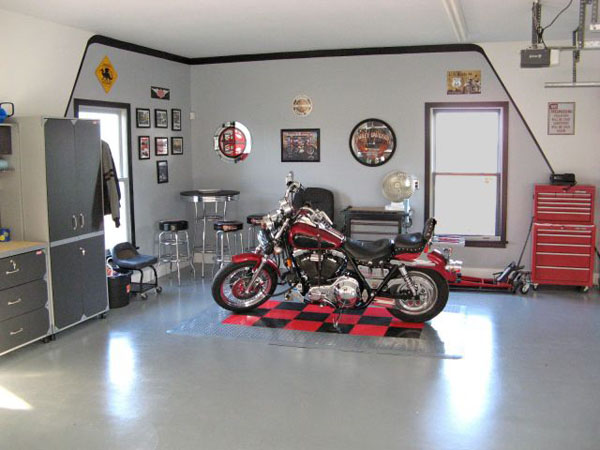 Мотоцикл в интерьере домашнего гаража