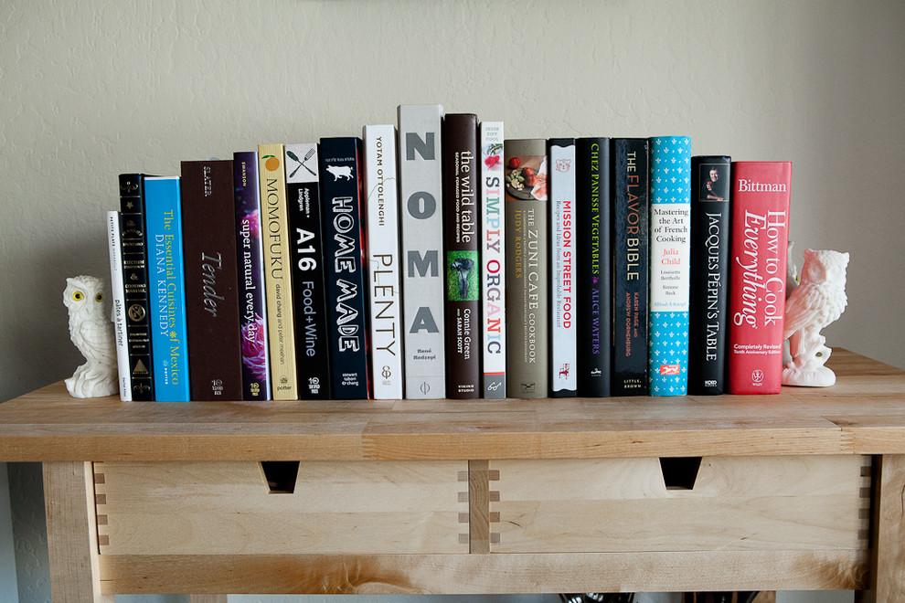 Книги на деревянной полке