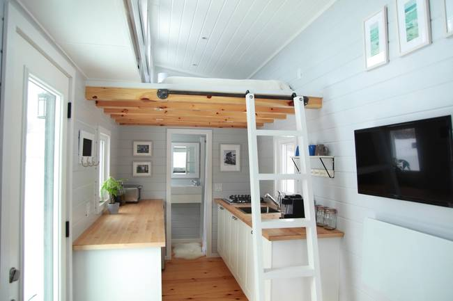 Готовый проект мини-дома. Кухня в маленьком доме на колёсах