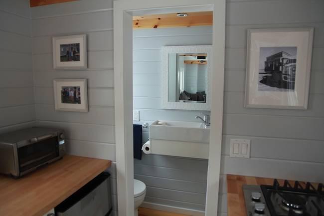 Готовый проект мини-дома. Просторная кухня в светлых тонах в мини-доме