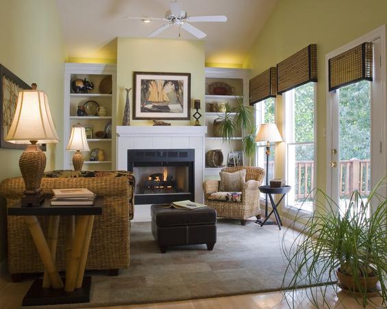 Плетёная мебель в гостиной с камином
