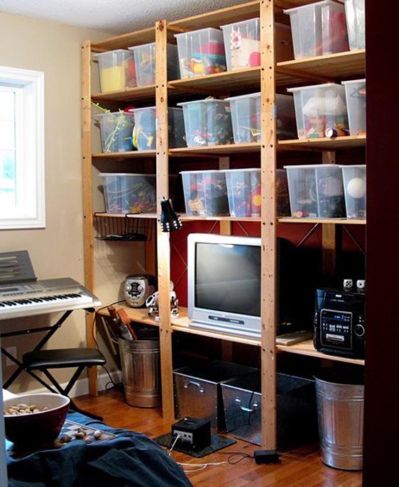 Стеллаж в комнате для творчества