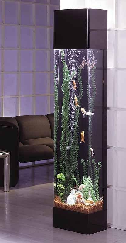 Высокий аквариум в гостиной