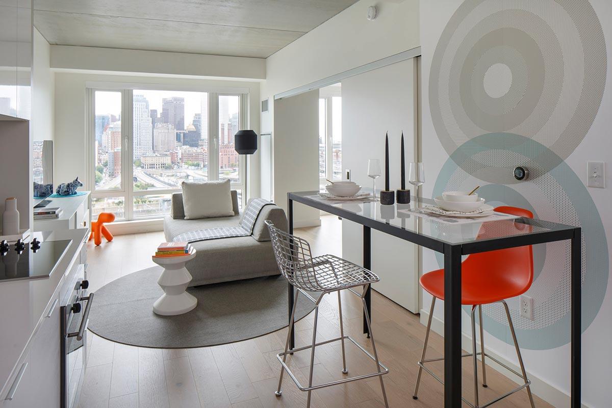 Дизайн интерьера маленькой квартиры в серых тонах с красными акцентами