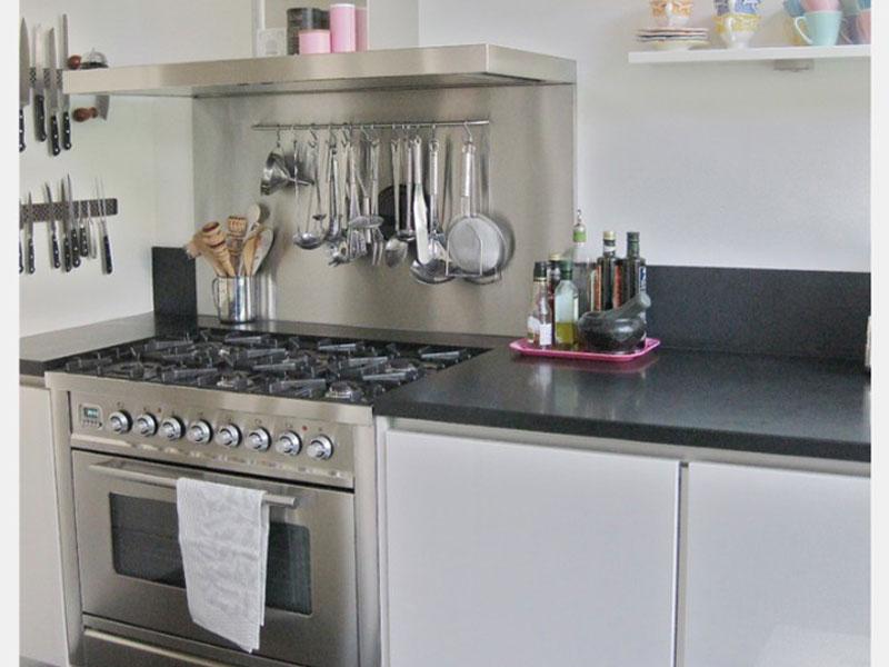 Стеллажи для хранения кухонных предметов