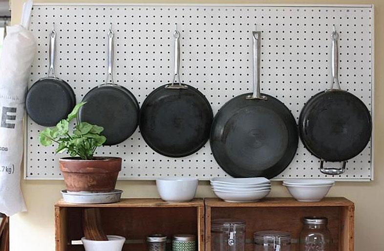 Панель с крючками для хранения сковородок