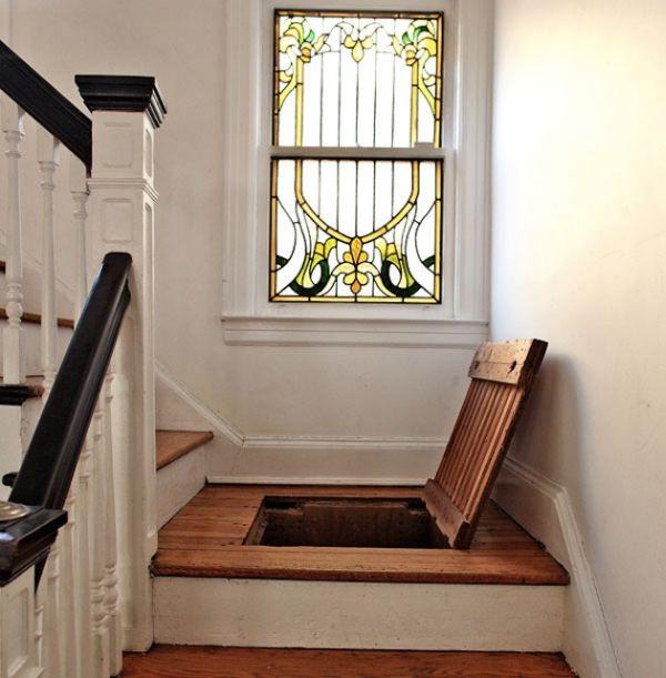 Ниша для хранения под лестницей