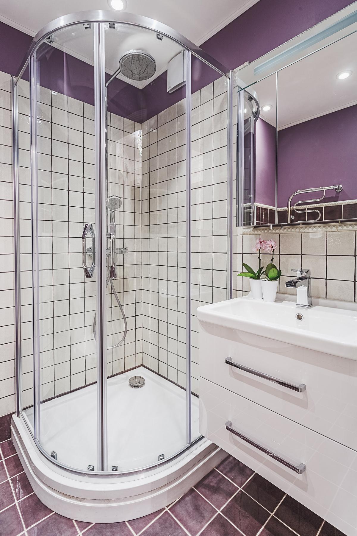 Идея для маленькой ванной комнаты - угловая душевая кабина