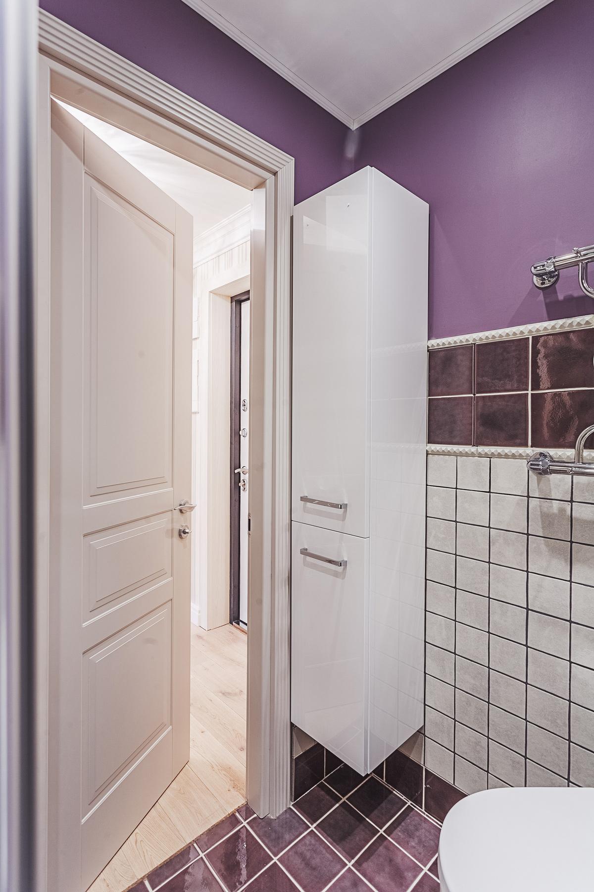 Идея для маленькой ванной комнаты - навесные шкафы