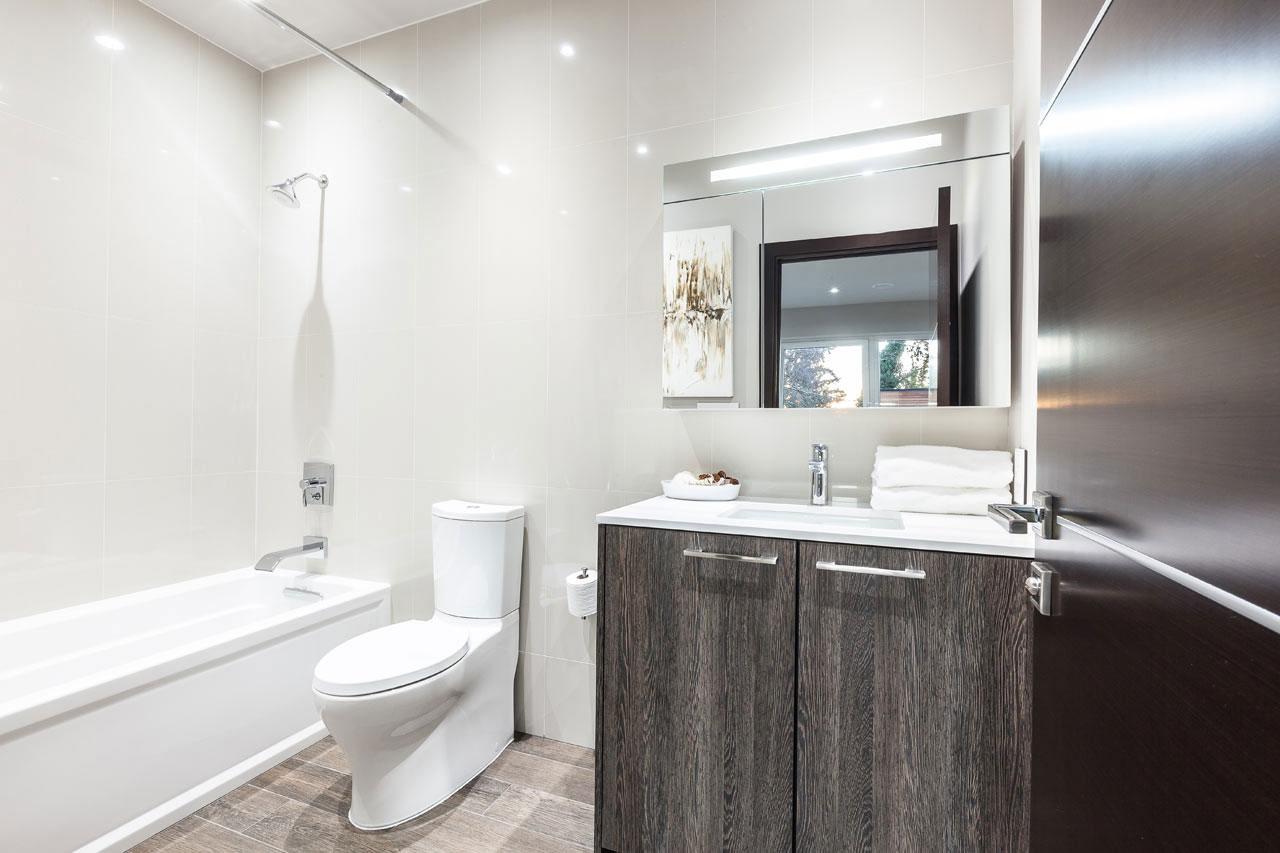 Идея для маленькой ванной комнаты - совмещенный санузел