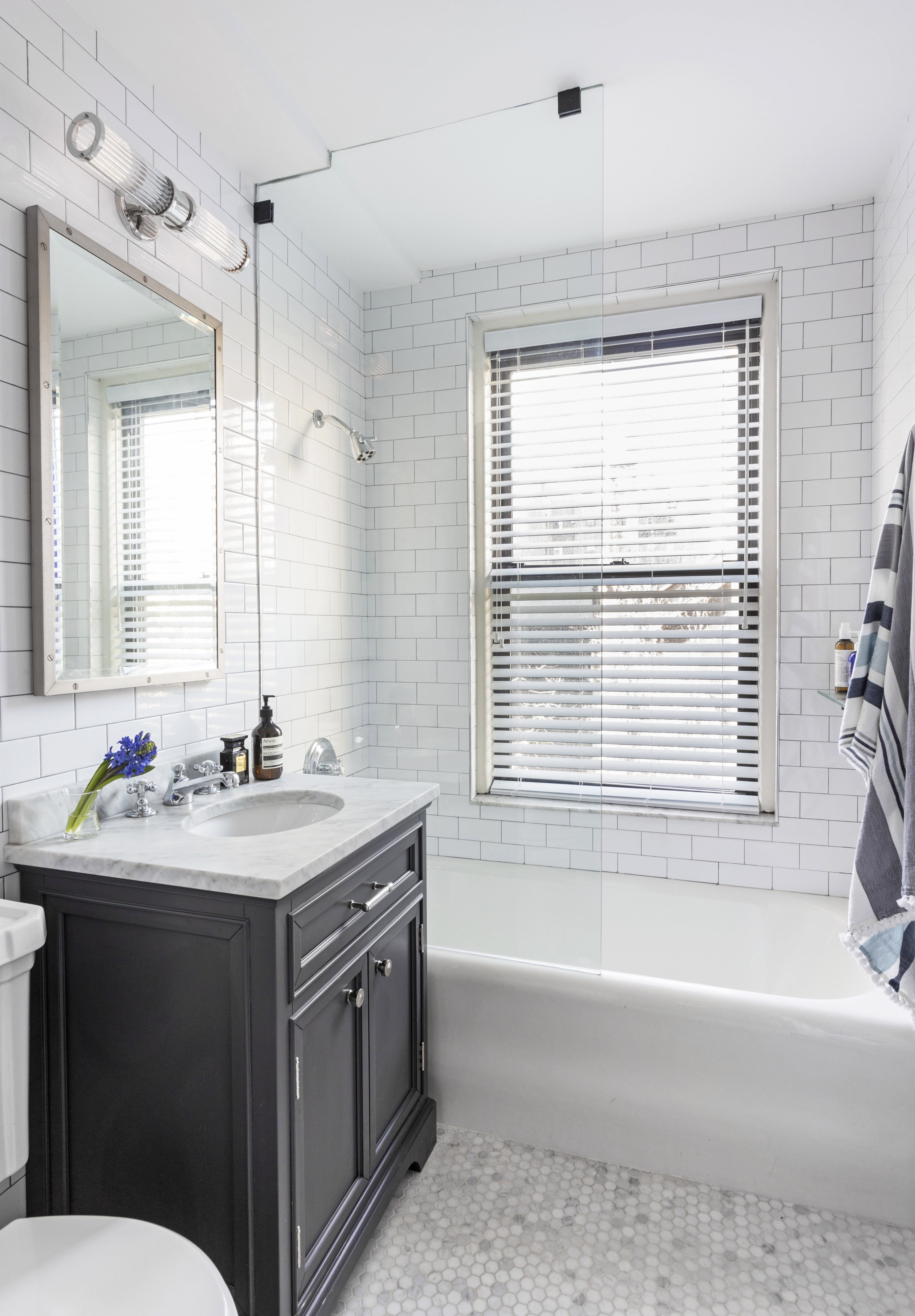 Идея для маленькой ванной комнаты - стеклянная шторка на ванну