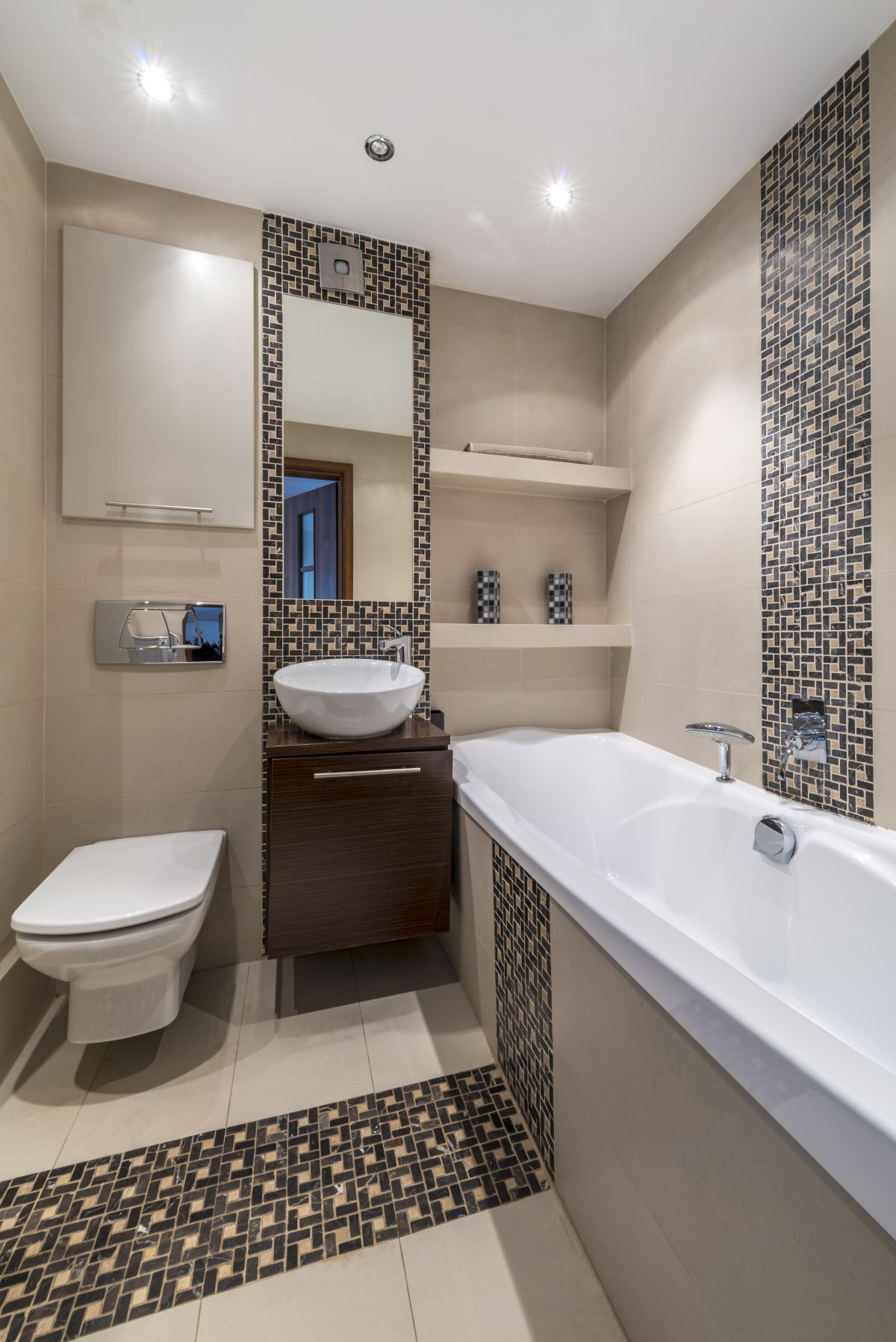Идея для маленькой ванны - бежевые цвета с мозаикой