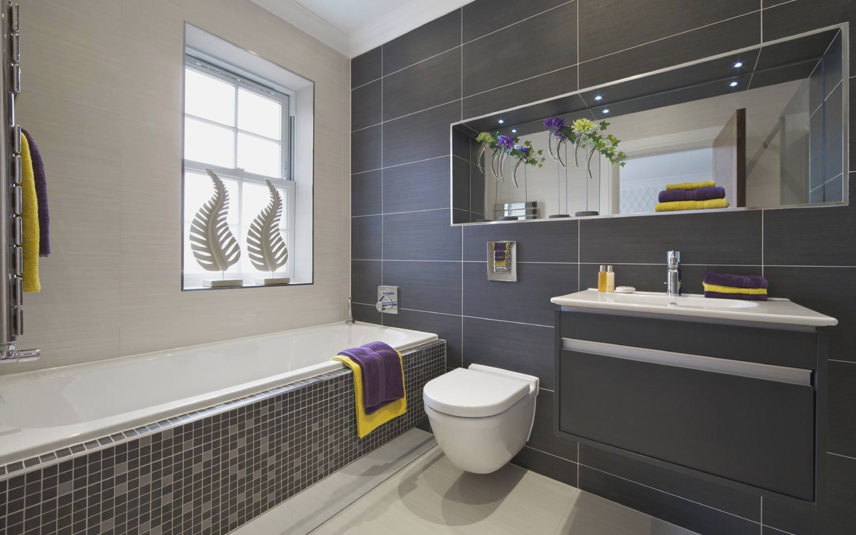 Идея для маленькой ванной комнаты - минимализм в оформлении
