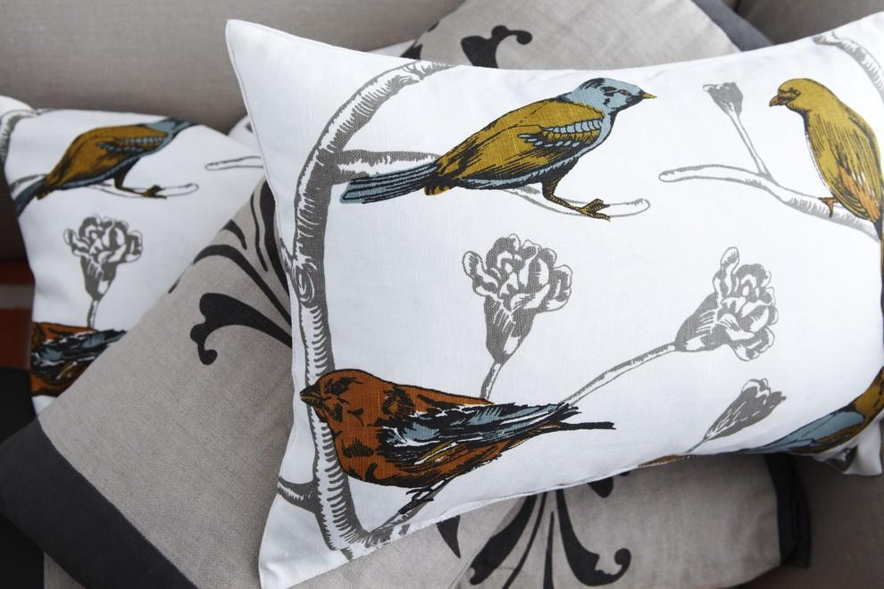 Принт с птицами на подушках