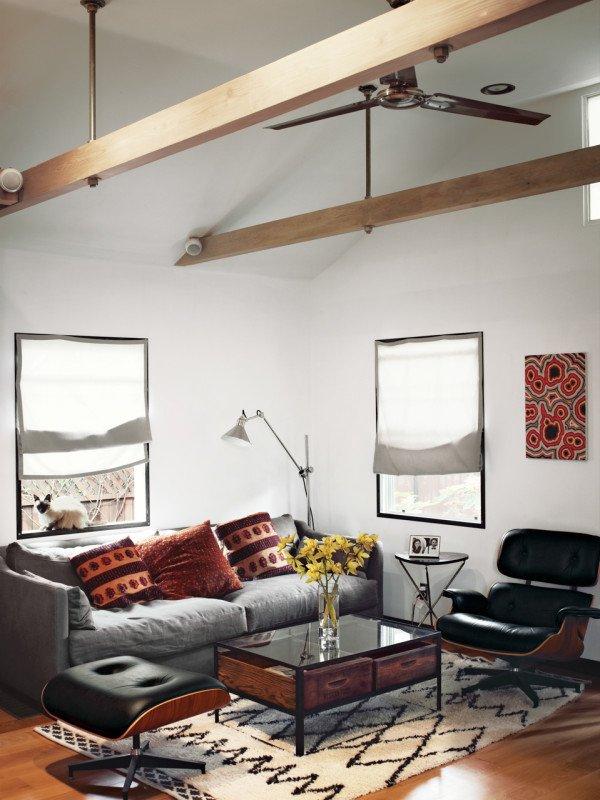Уютная небольшая гостиная с дизайнерской мебелью