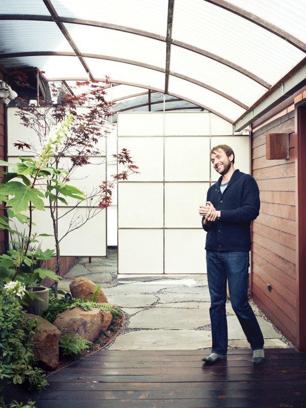 Человек возле небольшого сада