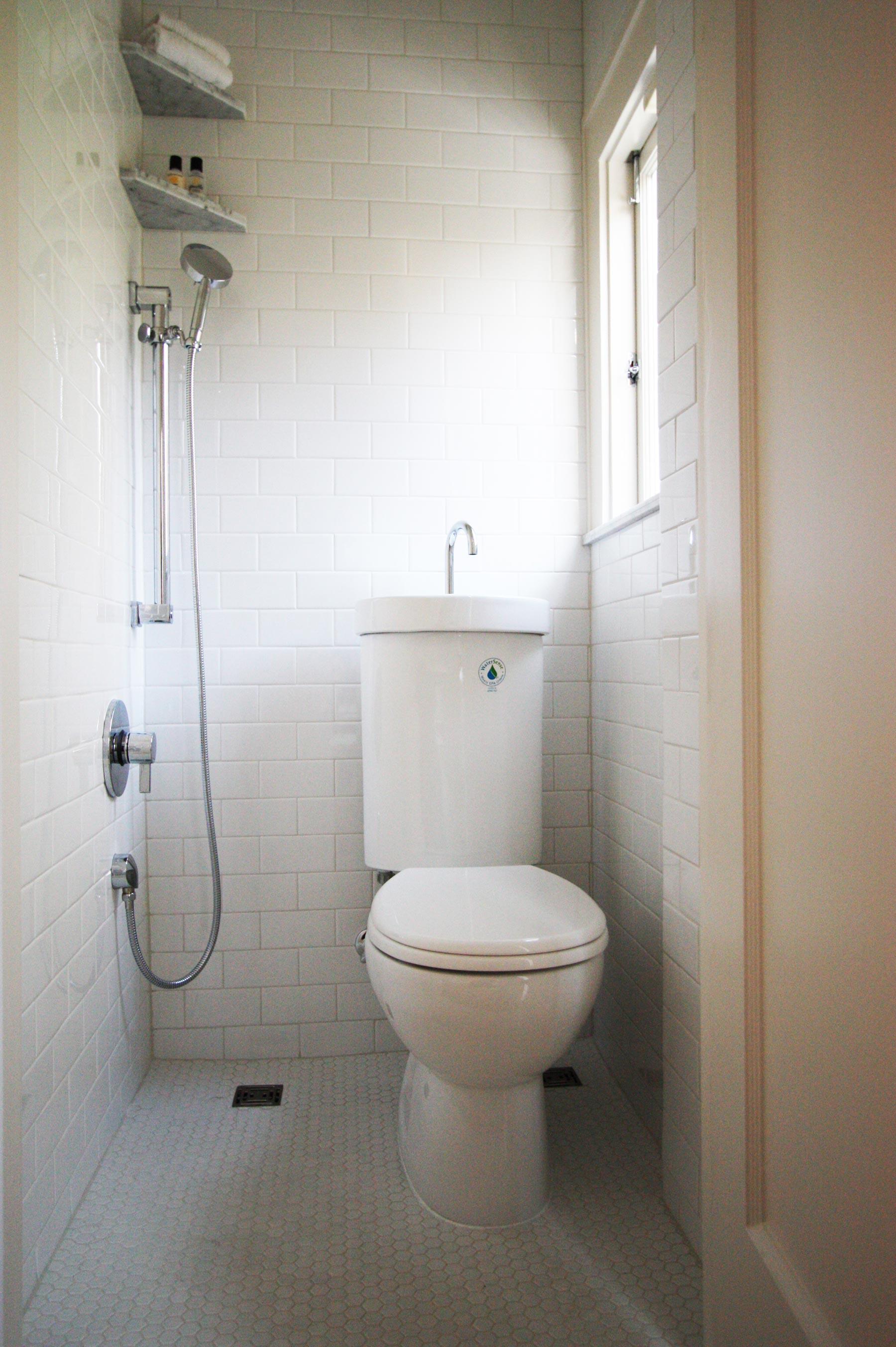 Открытый душ в маленькой ванной