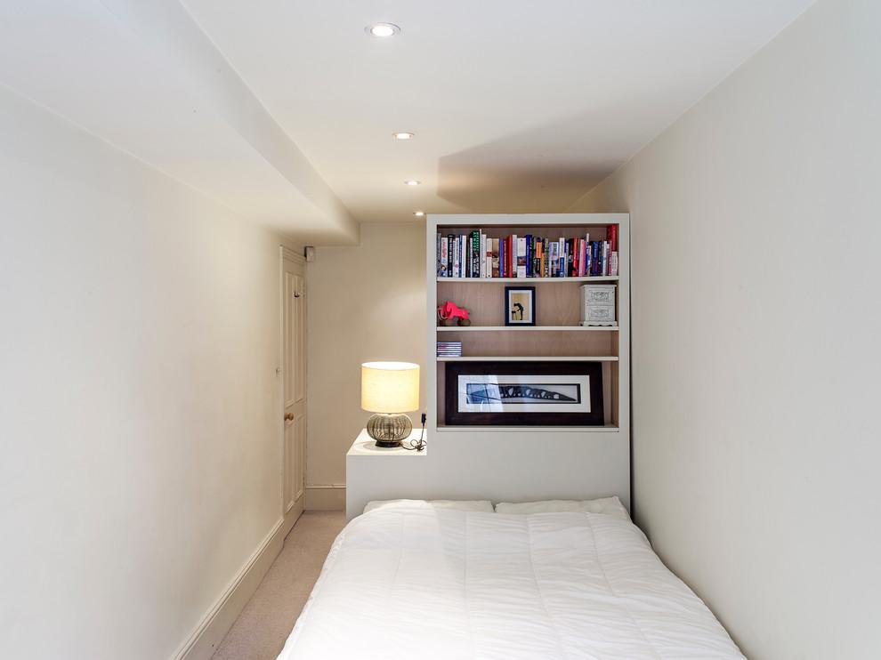 Интерьер уютной маленькой спальни в белом цвете