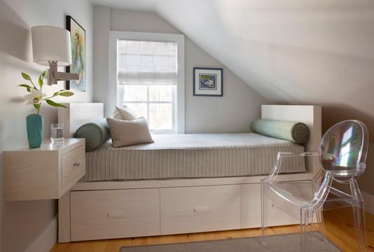 Интерьер уютной маленькой спальни в мансардном помещении