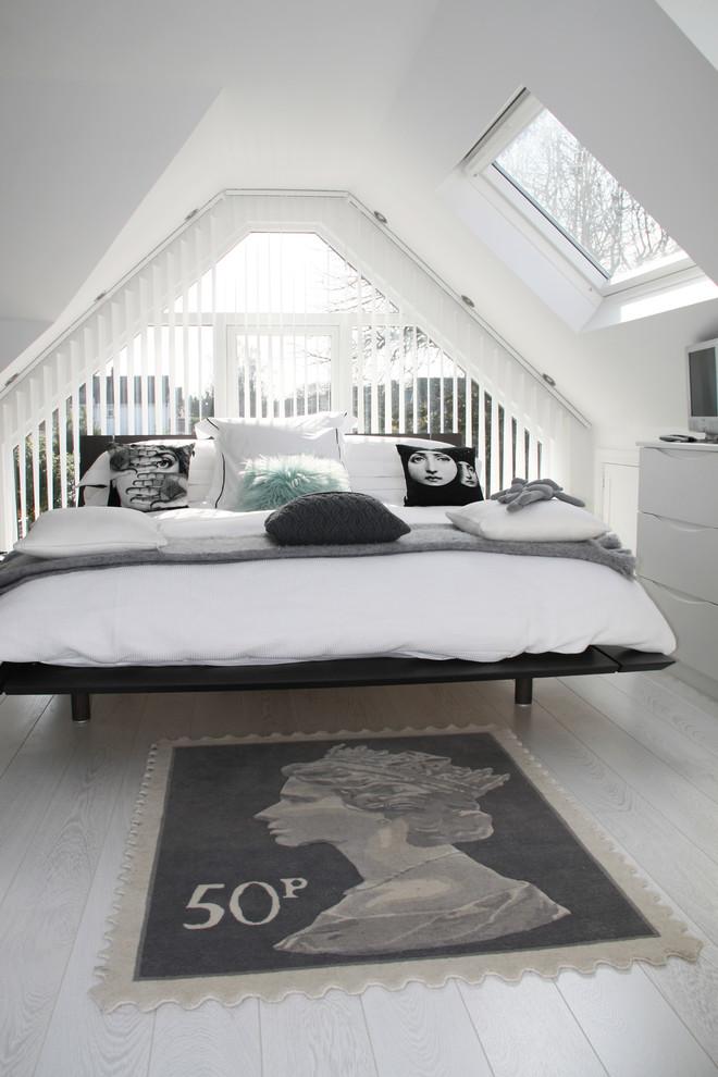 Интерьер уютной маленькой спальни на чердаке