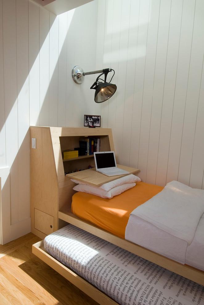 Раздвижная кровать в интерьере маленькой спальни