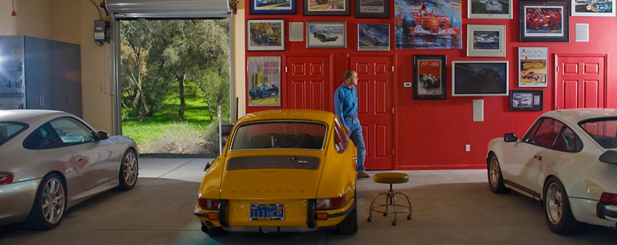Красная стена в гараже