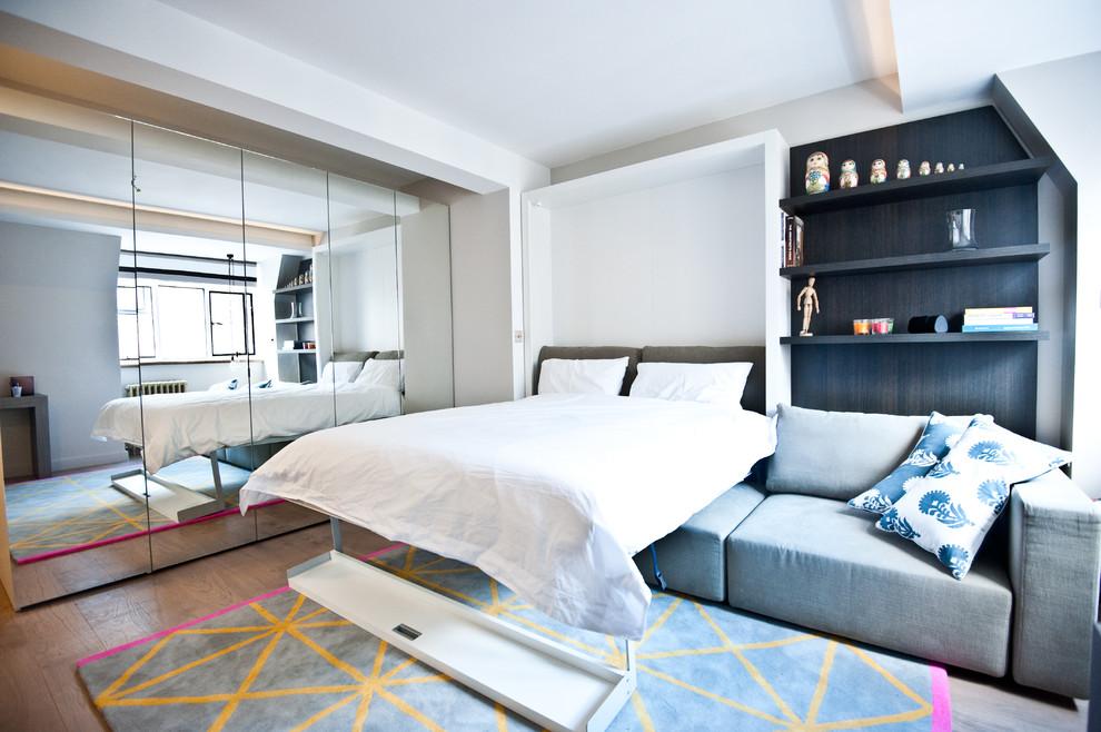 Кровать в гостиной маленькой квартиры-студии