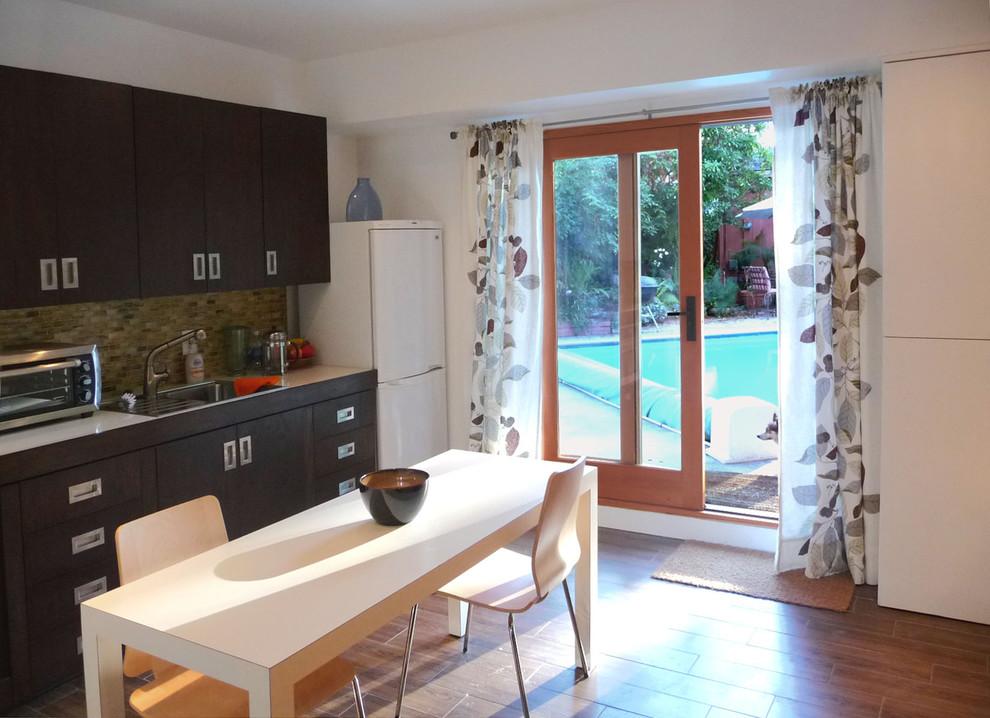 Кухня и столовая маленькой квартиры-студии