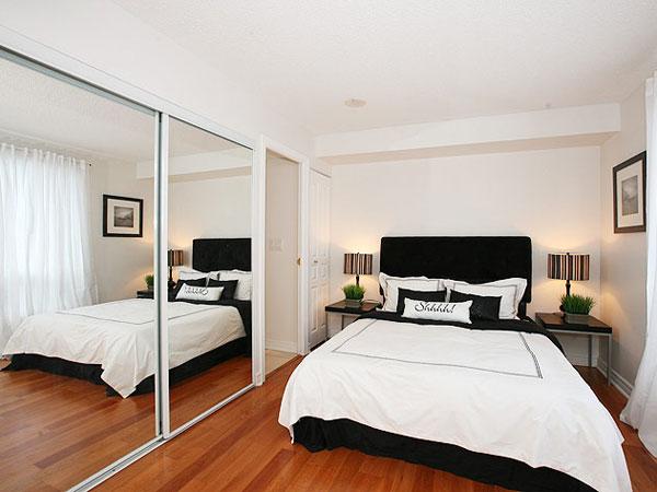 Чёрная кровать в светлой спальне