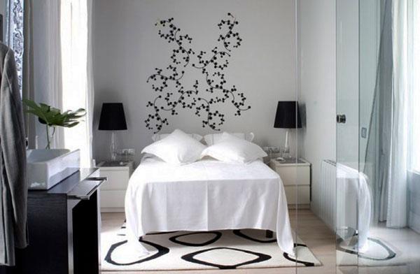 Чёрные акценты в белой спальне