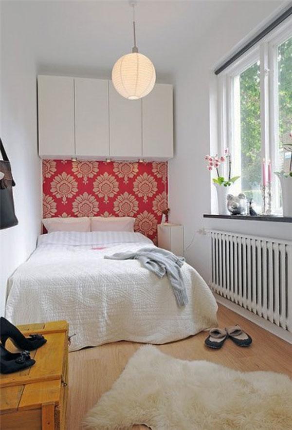 Акцентная стена в белой спальне