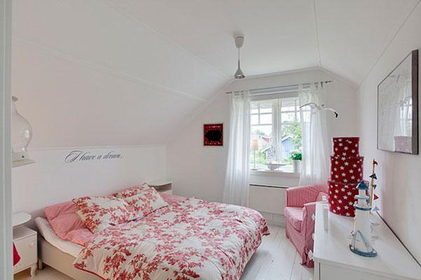 Розовые акценты в белой спальне