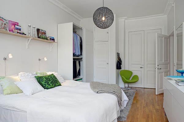 Зелёные акценты в белой спальне