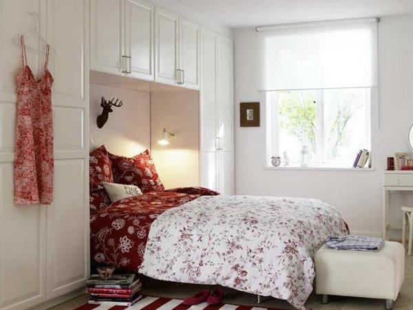 Мебельный гарнитур и кровать в нише спальни