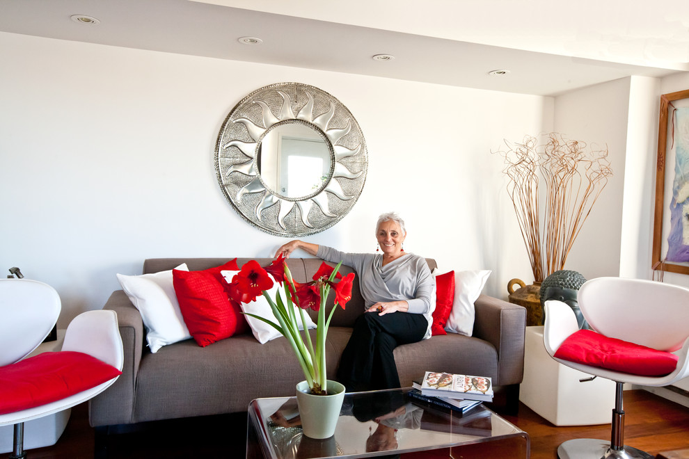 Зельда Джозефс на диване в гостиной