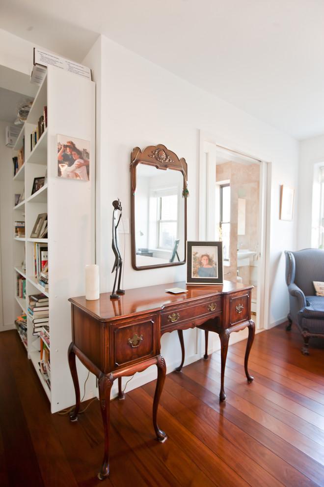 Старинное трюмо в квартире с видом на Бруклин