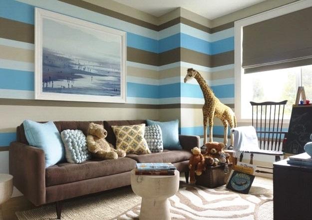 Горизонтальные полосы на стенах в гостиной