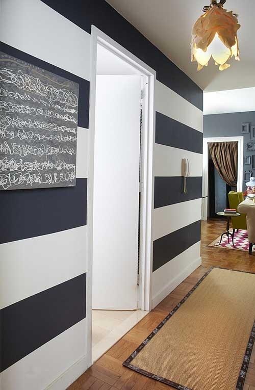 Чёрно-белые полосы на стене в коридоре