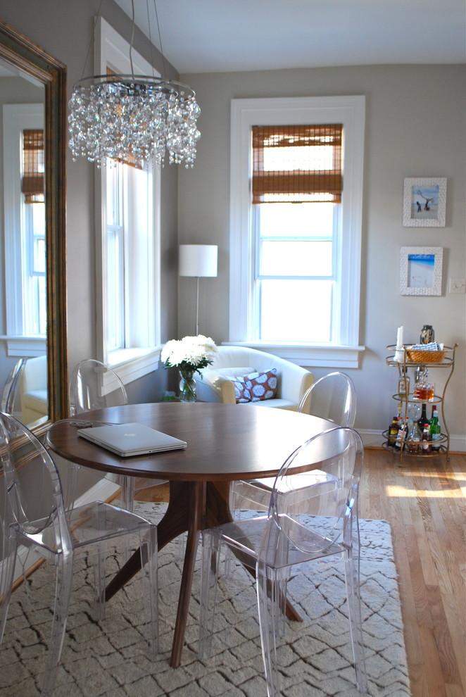 Стеклянная люстра над обеденным столом
