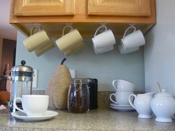 Крючки для чашек под антресолью