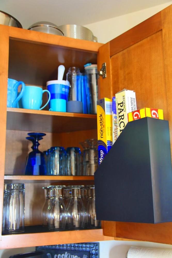 Гибкий держатель для папок в шкафчике