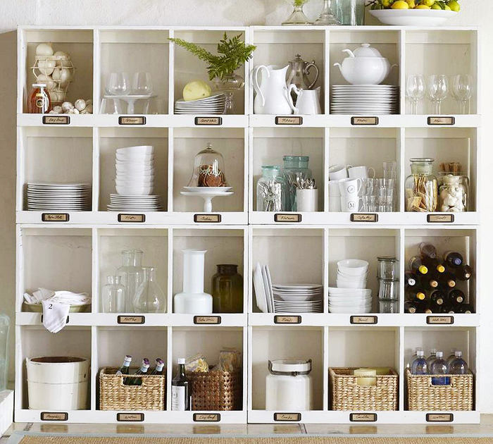 Открытый стеллаж на кухне
